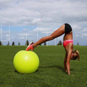 6 упражнения с топка: Любимите ми вариации за силен и стегнат корем